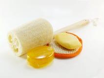 Kąpielowy chuch i gąbka z ręcznikiem na białym tle Obrazy Stock