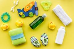 kąpielowy kosmetyczny ustawiający dla dzieciaków, ręcznika i zabawek na żółtym tło odgórnego widoku wzorze, Zdjęcia Stock