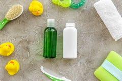 kąpielowy kosmetyczny ustawiający dla dzieciaków, ręcznika i zabawek na szarym tło odgórnego widoku wzorze, Zdjęcie Royalty Free