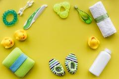 Kąpielowy kosmetyczny ustawiający dla dzieciaków, ręcznika i zabawek tła odgórnego widoku żółtej przestrzeni dla teksta, Zdjęcie Stock