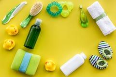 Kąpielowy kosmetyczny ustawiający dla dzieciaków, ręcznika i zabawek tła odgórnego widoku żółtej przestrzeni dla teksta, Obraz Stock