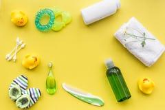 Kąpielowy kosmetyczny ustawiający dla dzieciaków, ręcznika i zabawek tła odgórnego widoku żółtej przestrzeni dla teksta, Zdjęcia Royalty Free