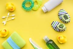 Kąpielowy kosmetyczny ustawiający dla dzieciaków, ręcznika i zabawek tła odgórnego widoku żółtej przestrzeni dla teksta, Zdjęcie Royalty Free