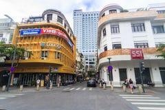 KĄT Nguyen odcienia uliczny odprowadzenie z sklep z kawą imieniem jest CIAO kawą i SSI sklepem SAIGON WIETNAM, MAJ - 31, 2016 - Zdjęcie Stock