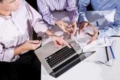 kąt pracownicy wysokiego laptopu biurowi widok pracownicy obraz royalty free