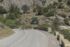 kąta błękitny drogowego znaka odcienia widok szeroki Fotografia Royalty Free
