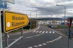 kąta błękitny drogowego znaka odcienia widok szeroki Zdjęcia Royalty Free