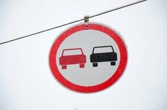 kąta błękitny drogowego znaka odcienia widok szeroki Dogonienie zabrania Znak zabrania doganiać wszystkie pojazdy na drogowej sek Zdjęcia Stock