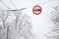 kąta błękitny drogowego znaka odcienia widok szeroki Dogonienie zabrania Znak zabrania doganiać wszystkie pojazdy na drogowej sek Zdjęcie Royalty Free