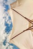 kąta plażowy niski parasolowy widok biel Zdjęcie Stock