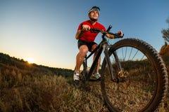 kąta roweru cyklisty zdrowego styl życia żywi gór natury ludzie target2306_1_ ślad dwa przeglądać szerokiego Obrazy Stock