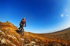 kąta roweru cyklisty zdrowego styl życia żywi gór natury ludzie target2306_1_ ślad dwa przeglądać szerokiego Obraz Royalty Free