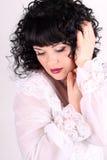Kędzierzawa brunetki kobieta w białej bluzce Obraz Royalty Free