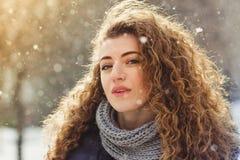 Kędzierzawa dziewczyna na tle śnieg Fotografia Royalty Free