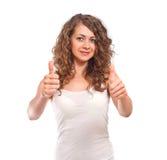 Kędzierzawa młoda kobieta pokazuje aprobata gest Zdjęcia Royalty Free