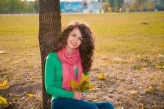 Kędzierzawa młoda kobieta w jesieni Zdjęcia Stock