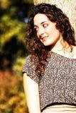 Kędzierzawa, piękna młoda dziewczyna z ładnym uśmiechem, obrazy stock