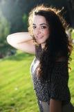 Kędzierzawa, piękna młoda dziewczyna z drobnym uśmiechem, Obraz Stock