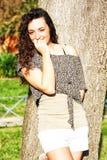 Kędzierzawa, piękna nieśmiała młoda dziewczyna z ładnym uśmiechem, zdjęcie royalty free