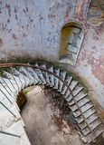Kędzierzawa spirala uszkadzający schodki zaniechany i załamuje się dom zdjęcie royalty free