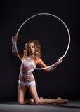 Kędzierzawa szczupła artystyczna gimnastyczka pozuje z obręczem Obrazy Stock