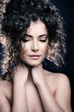Kędzierzawego włosy kobieta zdjęcia royalty free