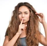 Kędzierzawego włosy kobieta pokazuje zupełnie tss podpisuje na bielu Obraz Stock