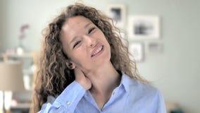 Kędzierzawego włosy kobieta próbuje relaksować szyja ból zbiory wideo