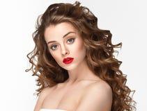 Kędzierzawego włosy kobiety portret długie włosy z perfect uzupełniał czerwone wargi Fotografia Royalty Free