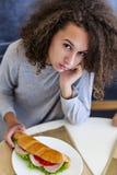 Kędzierzawego włosy nastoletnia dziewczyna ma śniadanie w domu fotografia royalty free