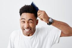Kędzierzawego włosy problemy Zamyka up przystojni potomstwa skinned amerykanin z afro ostrzyżeniem w przypadkowym bielu t koszula obraz royalty free