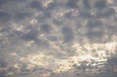 Kędzierzawy chmurny niebo z jarzyć się przy wschodem słońca Fotografia Stock