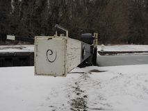 Kędziorek brama w zimie z śniegiem na lodzie na i ziemi wody, Kennet i Avon kanale, Obraz Stock