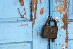 Kędziorek na błękitnym drzwi Fotografia Royalty Free