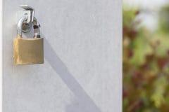 Kędziorek na złocistym metalu drzwi Zakończenie zdjęcia stock