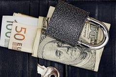 Kędziorek z kluczem i walutą na kiesie obrazy stock