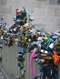 Kędziorki na Charles moscie, sławny historyczny most który krzyżuje t Obraz Stock