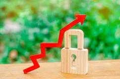 Kłódka i czerwieni strzała up pojęcie wzrastająca ochrona i sekretność, ochrania intymnych dane, pomoc prawna Wzrost w l obraz royalty free