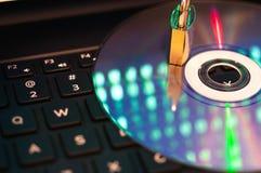 Kłódka na cd dysku, odbicie laptopów dane monitor zdjęcia royalty free