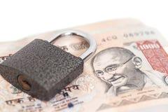 Kłódka na Indiańskiej waluty rupii odizolowywającej Obraz Stock