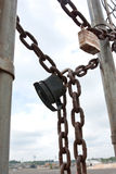 Kłódki I łańcuchy Zabezpieczają bramę Przemysłowej pracy miejsce Zdjęcia Stock