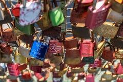 Kłódki miłość przy mostem od metra Landungsbrà ¼ cken fotografia royalty free