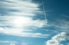 Kłąb w błękitnym lata niebie zdjęcie stock