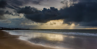 Kłębiący, czerń, stały burz chmur pokrywy słońce nad morzem w łabędź Fotografia Royalty Free