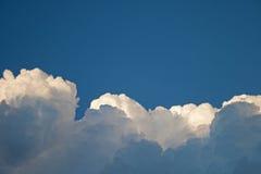 KŁĘBIĆ SIĘ biel chmury warstwy zdjęcia stock