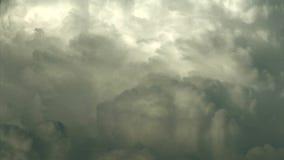 Kłębić się chmury płynie w niebie zbiory wideo