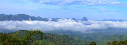 Kłębić się mgły spływanie przez błękitnej grani gór obraz stock