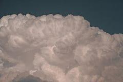 KŁĘBIĆ SIĘ ZWARTĄ biel chmurę obrazy royalty free