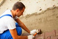 Kłaść brukowe cegiełki na miasto kwadracie, naprawianie chodniczek Zdjęcia Royalty Free