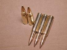 Kłaść cartriges 308 Winchester kaliber z pełną metal kurtki pocisków stali skrzynką Obraz Stock